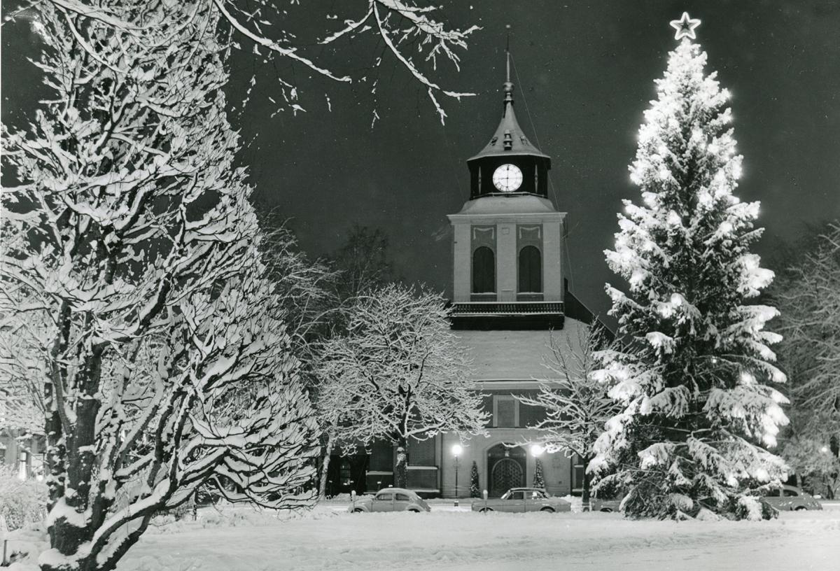 Hedvigs kyrka i vinterskrud 1963. Foto: Gustaf Larsson (Drätselkammaren, Norrköpings stadsarkiv).